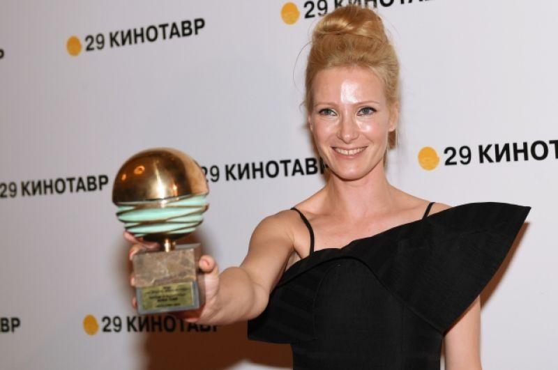 Актриса Анна Слю с призом за лучшую женскую роль в фильме