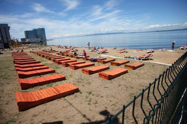 По правилам в зонах заплыва должны быть боновые ограждения, а также места для размещения дополнительного спасательного оборудования