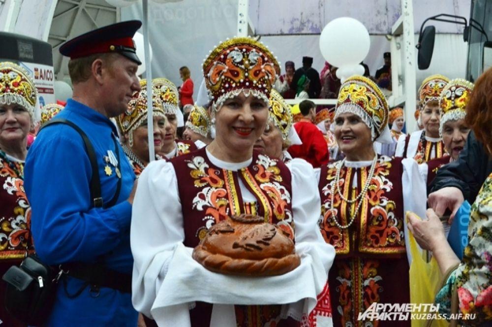 Одним из первых концертов на юбилее города стал хоровод дружбы народов.