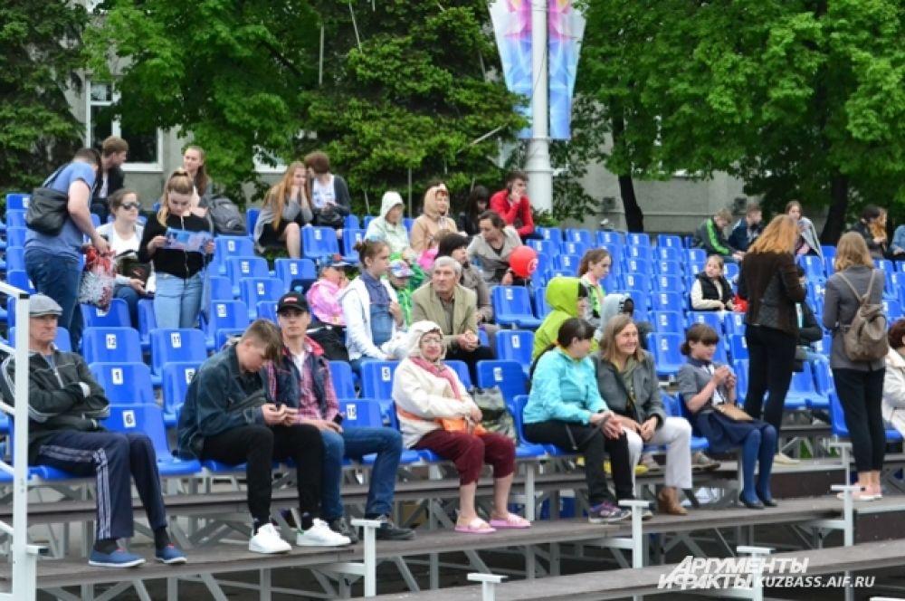 Самые терпеливые начали занимать места на площади Советов за три часа до концерта «Любэ» и других столичных звёзд.