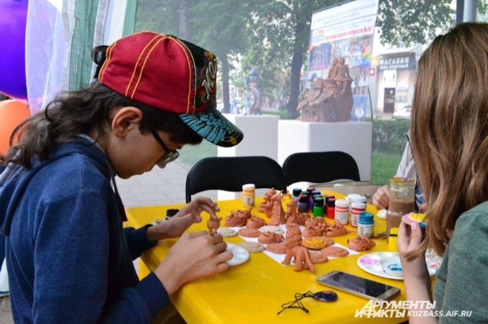 Для детей на празднике было полно мастер-классов, на которых проявлялись творческие способности.