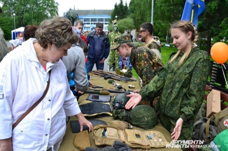 Военные «игрушки», как оказалось, интересны и взрослым, и детям.