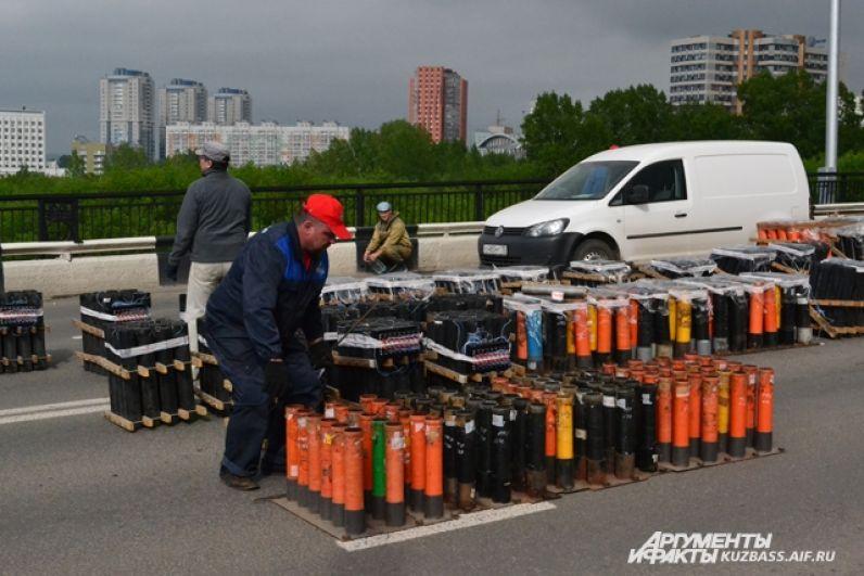 Для праздничного фейерверка на Университетском мосту выставили 1000 зарядов, чтобы Кемерово гремел на всю округу.