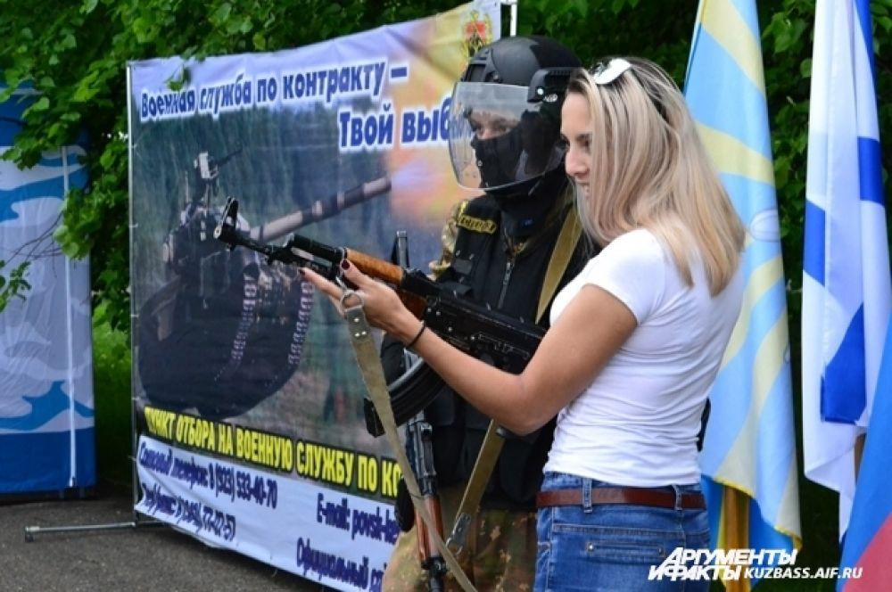 Военные в фотозонах не знали отбоя от желающих сделать фото с «вежливым человеком».