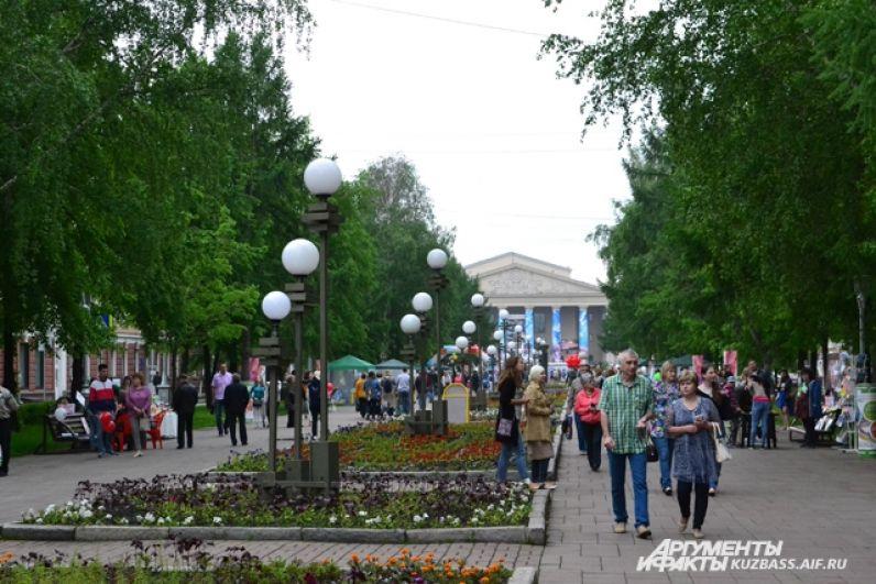 Массовые гуляния в центре Кемерова начались с самого утра.