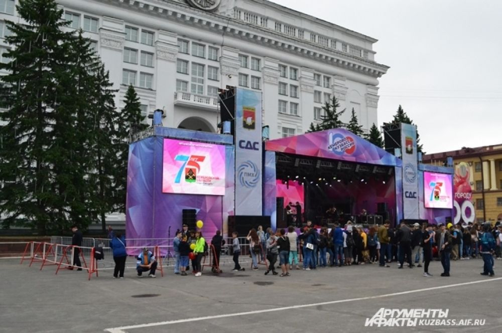 Для концерта в честь 100-летия Кемерова собрали большую сцену.