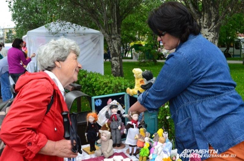 Малый бизнес вёл на празднике активную торговлю. Одна милая куколка ручной работы, например, стоит 4 тыс. рублей.