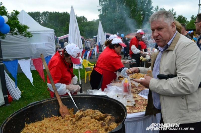 Часов до четырёх дня в парке Победы ещё можно было свободно пообедать. Потом к жаровням и мангалам было не подступиться из-за очередей.