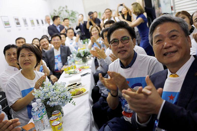 Жители Кореи приветствуют встречу Трампа и Ким Чен Ына.