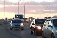 В Тюмени на объездной автомобиль Chevrolet Niva заскочил на ограждение
