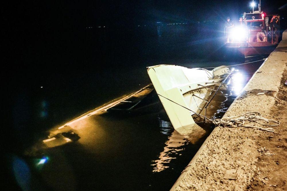 Катамаран в результате столкновения затонул. МЧС удалось отбуксировать его к берегу.