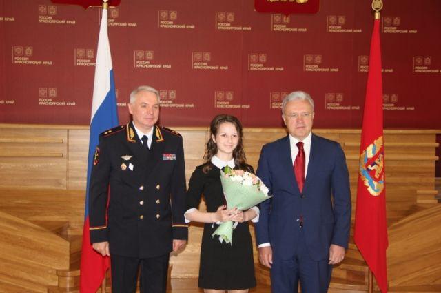 48 школьников края получили первый паспорт в День России.