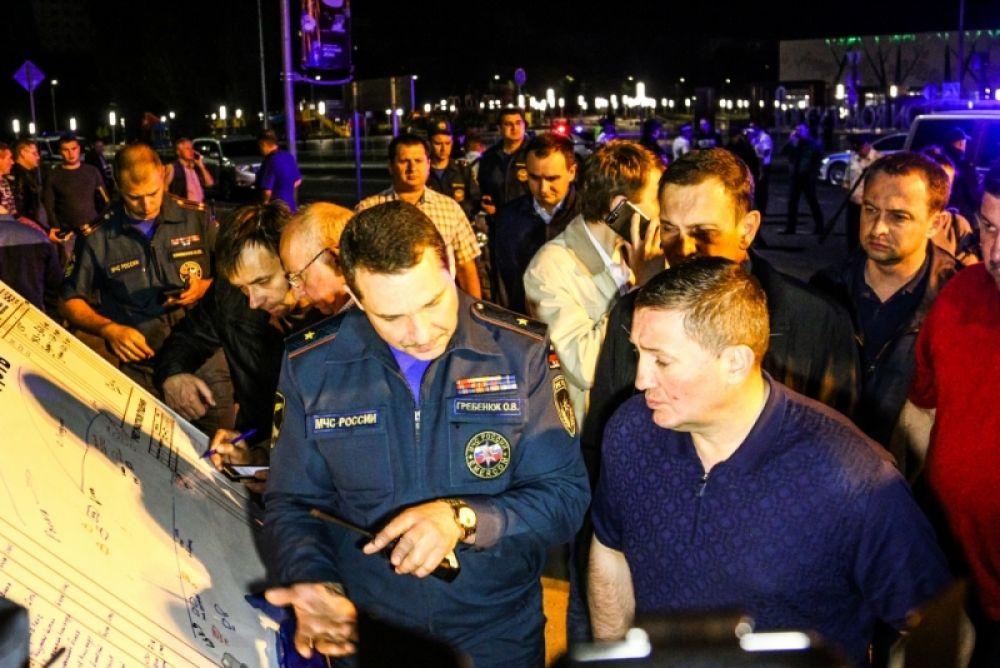 Рядом с берегом организован оперативный штаб, в который прибыл губернатор Андрей Бочаров.
