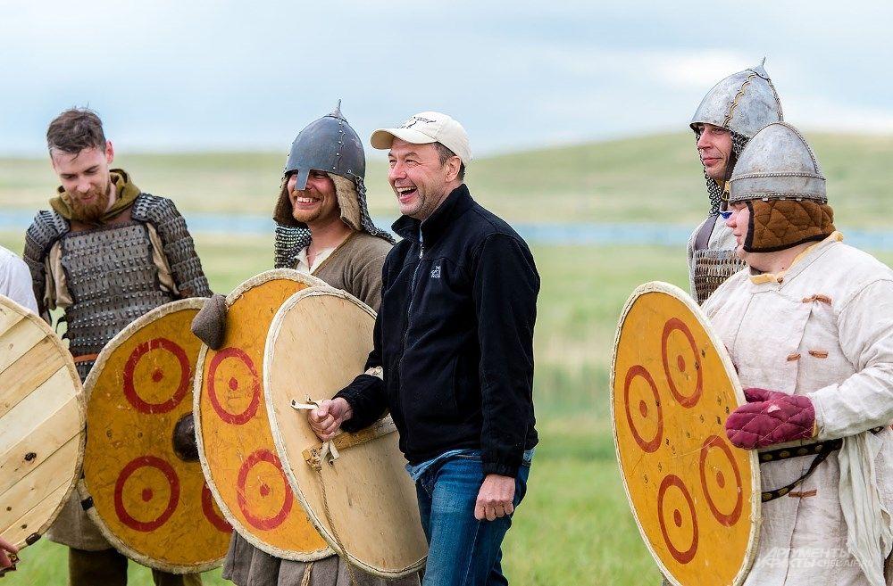 Зрителям тоже позволили примерить на себя образ древнего воина.