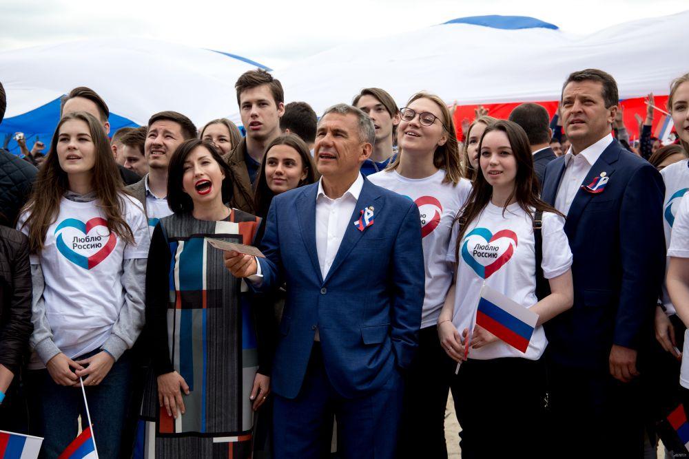 Вместе с гостями на празднике побывали президент РТ Рустам Минниханов и мэр Казани Ильсур Метшин. Они спели гимн России.