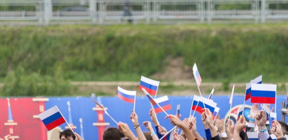 Присутствующим раздали флажки как напоминание о том, что в 1991 году 12 июня появилось государство Россия.