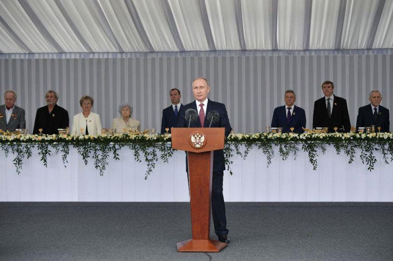 Президент РФ Владимир Путин выступает на торжественном приеме на Ивановской площади Кремля по случаю Дня России.