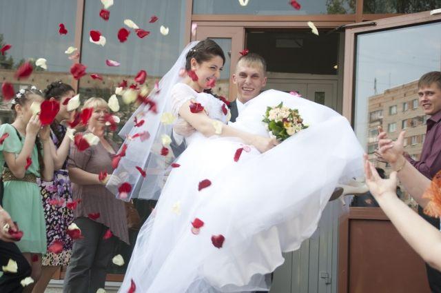 Лето - пора свадебных торжеств.