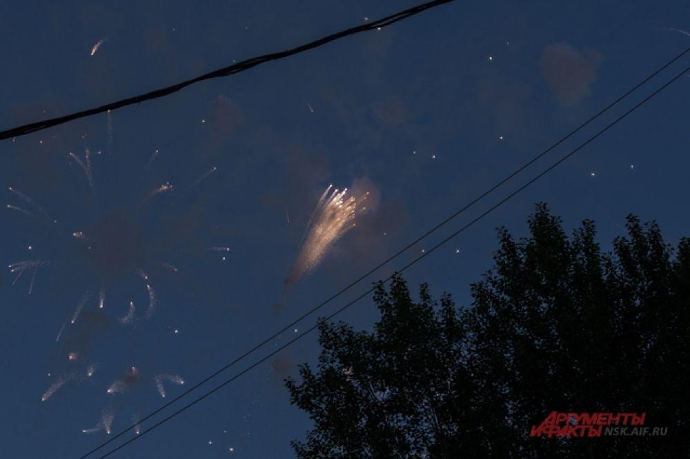 Посмотрев красочное зрелище на небе, довольные новосибирцы разошлись по домам.