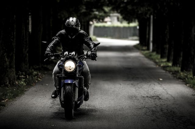 Мотоцикл врезался на скорости в иномарку.