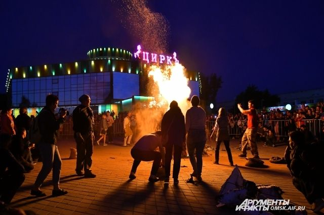 Шоу прошло на площади у цирка.