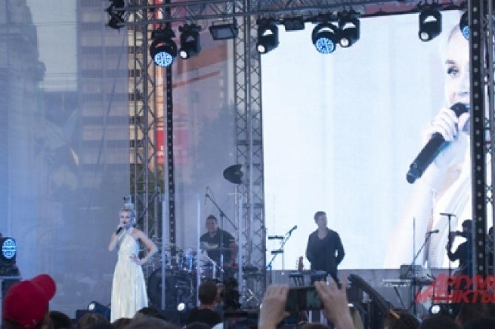 Полина Гагарина предстала перед гостями в белом.