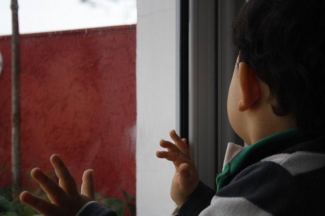 На окна надо ставить детские замки.