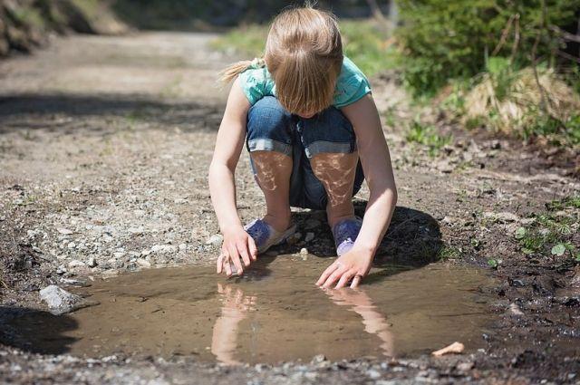 Дети с горки скатываются в грязь.