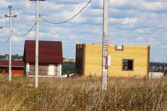 Те, кто уже построили дома, не могут зарегистрировать право собственности из-за отсутствия улиц в посёлке.