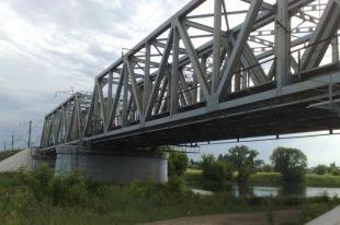 В Кузбассе ребенок упал в реку с железнодорожного моста, получив удар током.