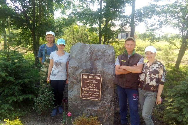 Сыновья и дочери основателя питомника у памятника отцу.