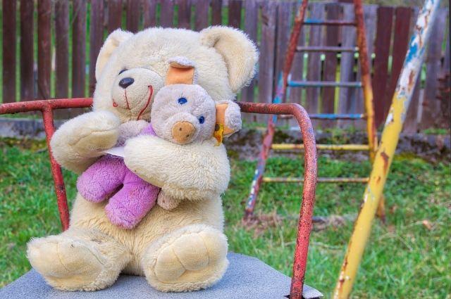 В Илекском районе прокуроры нашли опасные детские площадки.