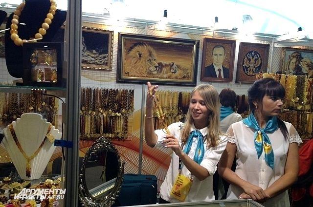 На выставке форума предлагали и бусы, и Путина в янтаре.