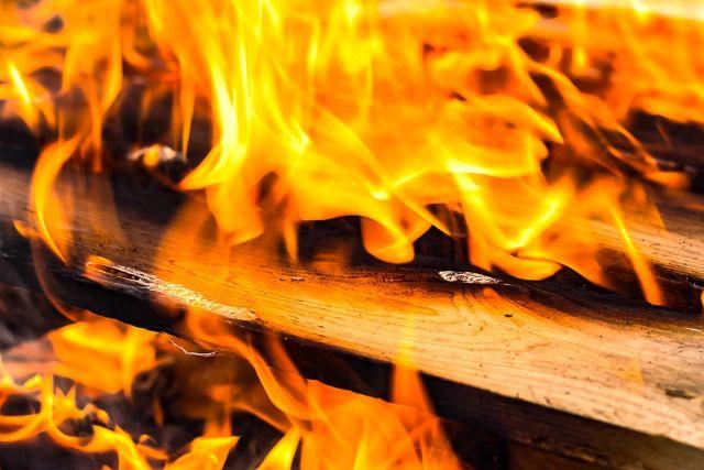 Очевидцы сообщают, что дым от огня был виден за несколько кварталов.