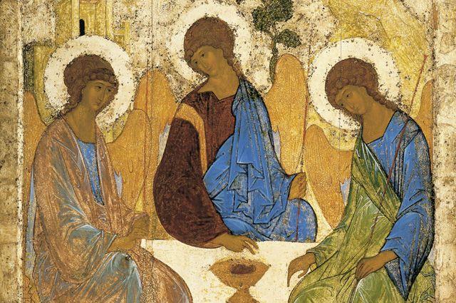 Одна из икон воспроизводит образ Святой Троицы.