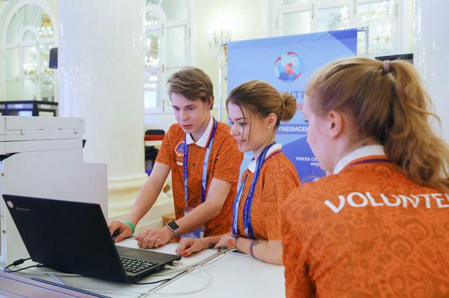 Волонтеры в пресс-центре чемпионата мира по футболу FIFA 2018 в Колонном зале Дома Союзов в Москве.