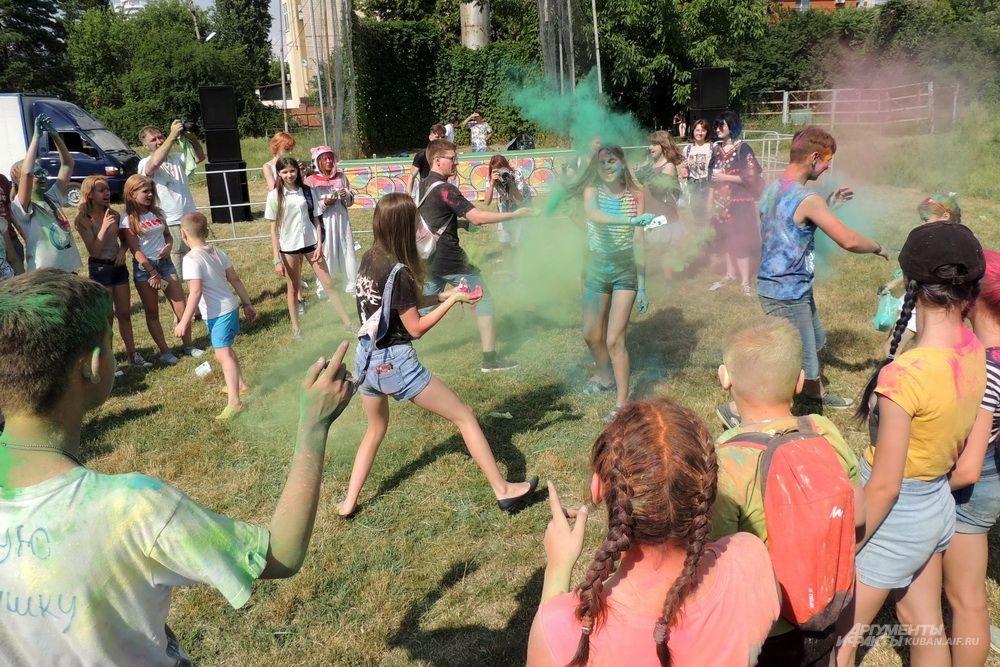 Участники фестиваля не жалели красок.