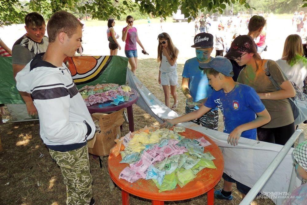 Организаторы фестиваля продают краски в пакетиках.