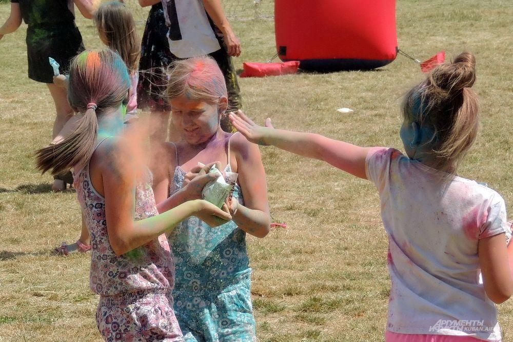 На фестивале красок было много детей.