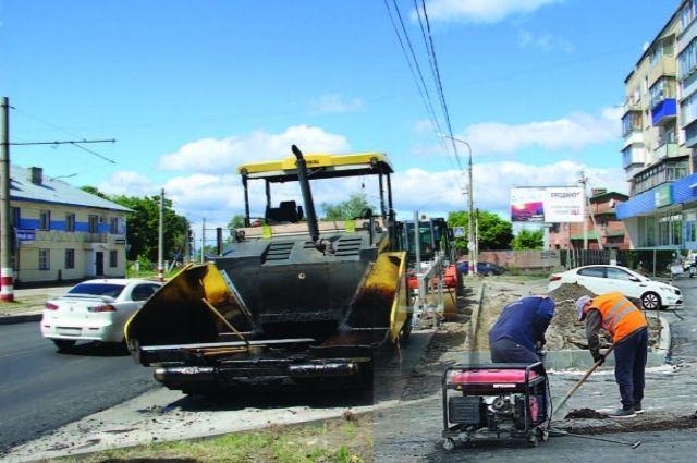 Вот так – по-новому, с современной техникой – ремонтируют дорогу и тротуары на улице Карла Маркса.