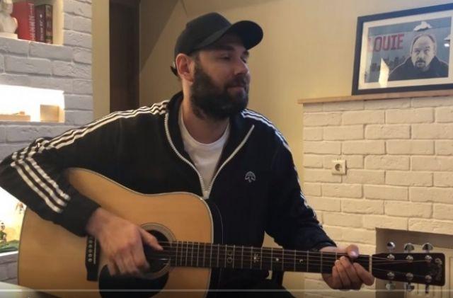 В песне комик предложил слушателям представить, что тренером сборной россии по футболу стал Рамзан Кадыров.
