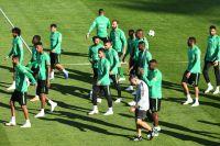 Игроки сборной Саудовской Аравии во время тренировки на стадионе «Петровский» в Санкт-Петербурге.