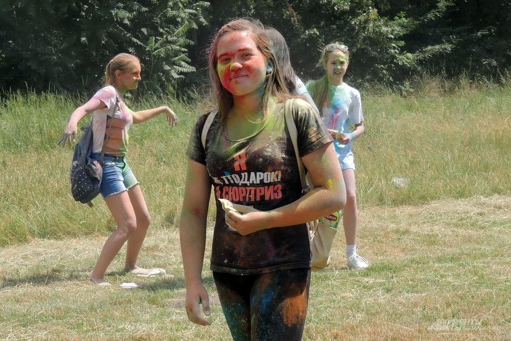 На фестивале красок было море улыбок.