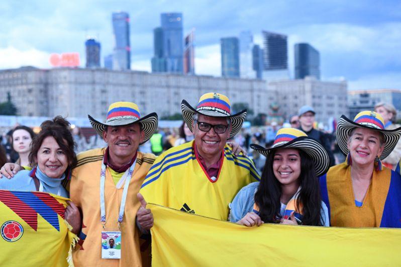 Болельщики сборной Колумбии на фестивале русского гостеприимства «Самоварфест» на Поклонной горе в Москве.