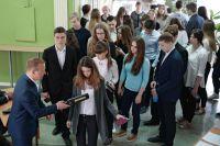 Учащиеся во время досмотра перед началом ЕГЭ.