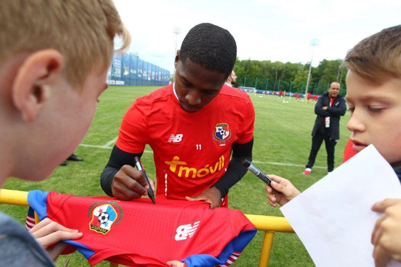 Игрок сборной Панамы Армандо Купер оставлет автограф для болельщика на футболке на тренировке перед матчами чемпионата мира по футболу 2018.