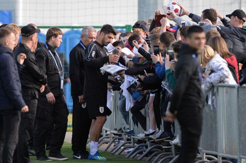 Игрок сборной Уругвая Луис Суарес общается с болельщиками в спортивном центре «Борский» в Нижегородской области.