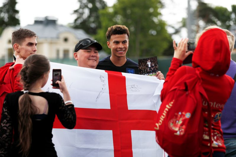 Игрок сбороной Англии Деле Алли фотографируется с поклонниками в Санкт-Петербурге.