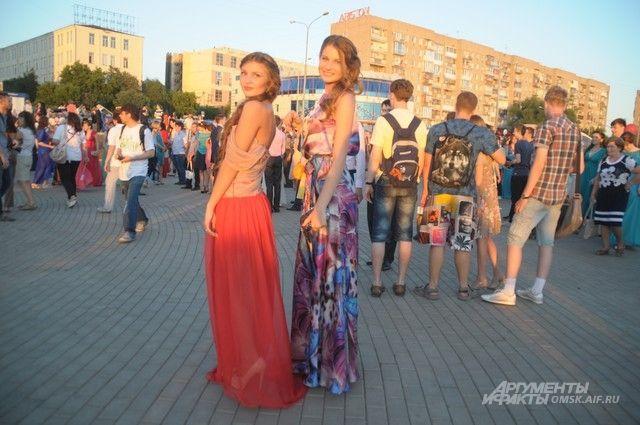 Омские выпускники гуляют по набережной Иртыша.