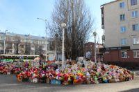У «Зимней Вишни» разбирают мемориал с игрушками и цветами.